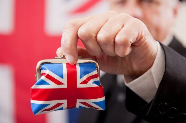 Кошелёк цвета британского флага в руке