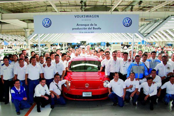 Групповое фото с автомобилем под вывеской Volkswagen
