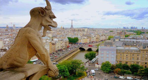 Химера на фоне Парижа
