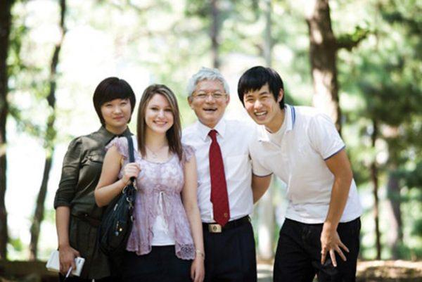 Преподаватель сеульского университета со студентами