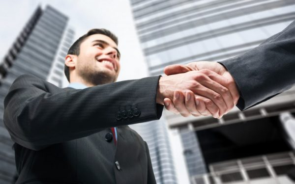 Рукопожатие двух мужчин
