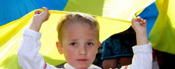 Ребенок с украинским флагом
