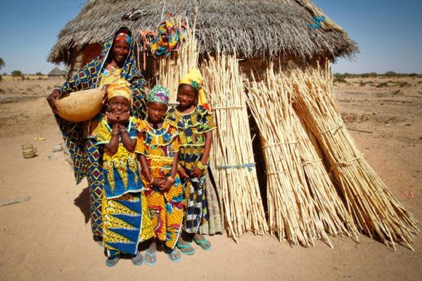Африканская женщина и дети в национальной одежде