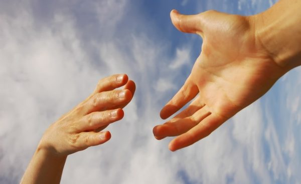 Руки тянутся навстречу