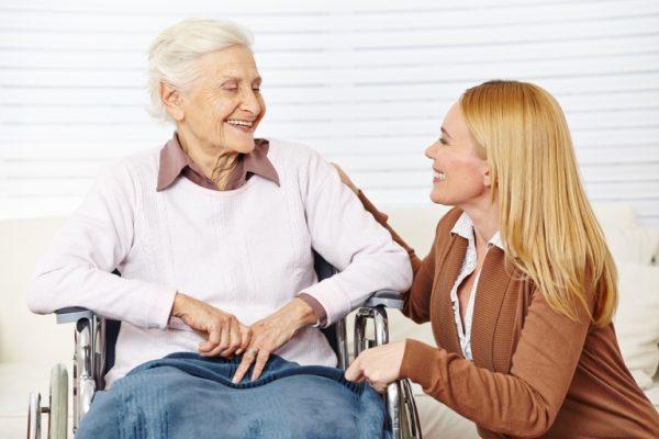 Социальный работник и пенсионерка