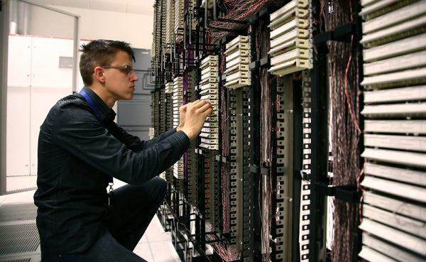 Мужчина работает с сервером