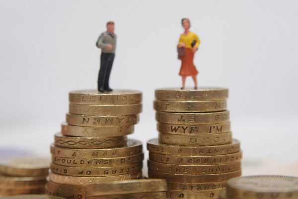 Статуэтки мужчины и женщины на монетах