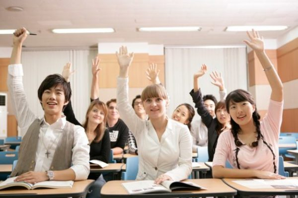 Студенты за партами подняли руки