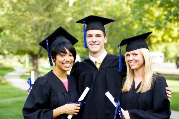Студенты в мантиях