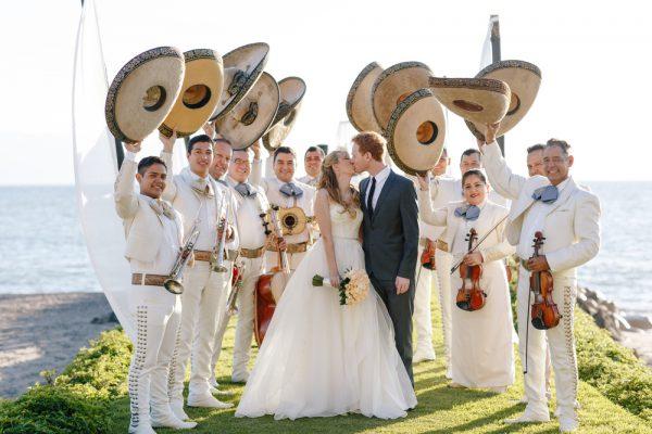 Молодожёны и музыканты в мексиканских костюмах