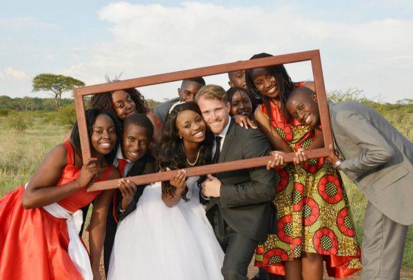 Свадебное фото белого жениха и чернокожей невесты
