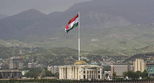 Флаг Таджикистана на фоне гор