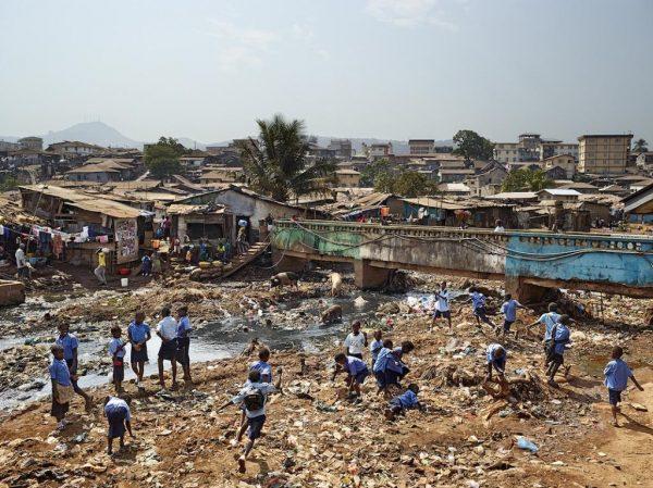 Дети на фоне трущоб Фритауна