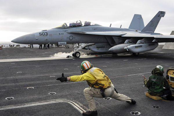 Взлёт американского истребителя с авианосца