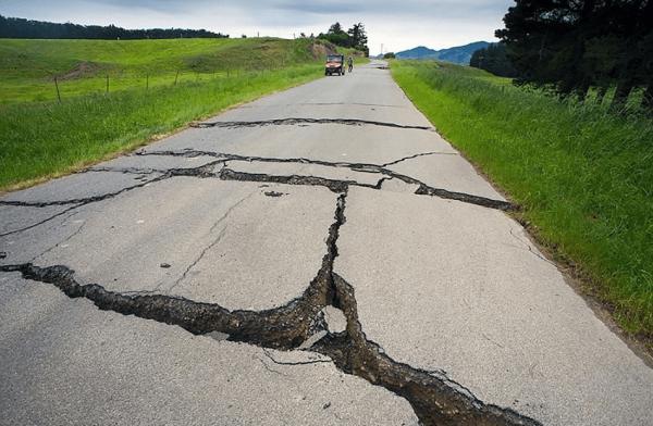 Дорога с трещинами от землетрясения