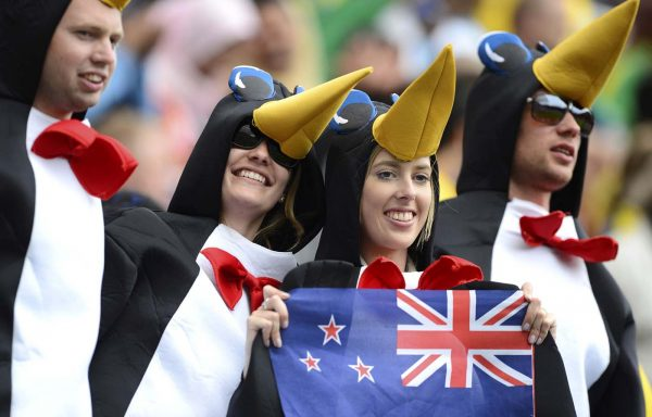 Молодёжь Новой Зеландии в костюмах пингвинов