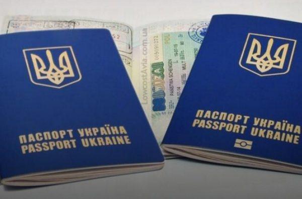 Биометрический загранпаспорт Украины (справа) и паспорт старого образца