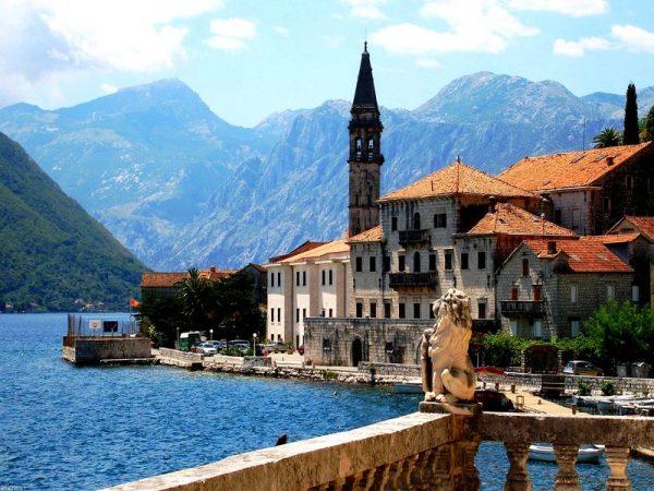 Замок на берегу в Черногории