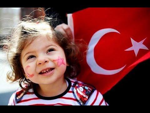 Девочка и турецкий флаг