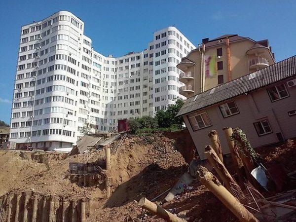 Новостройка и падающий дом