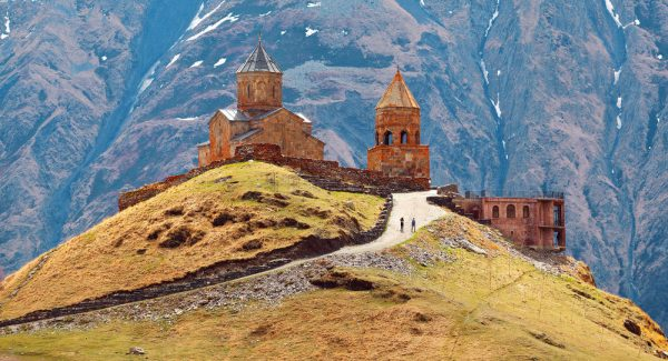 Грузинская церковь на фоне гор