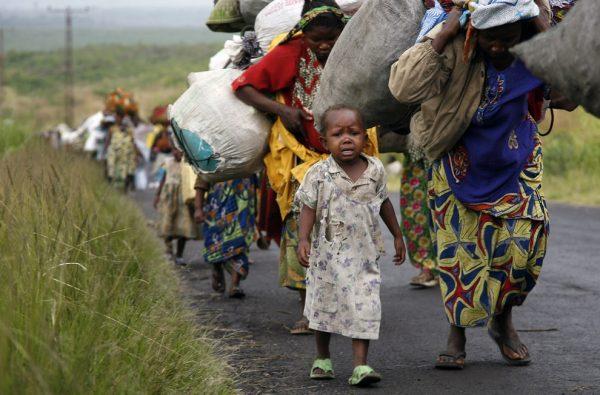 Конголезские женщины идут с поклажей на голове