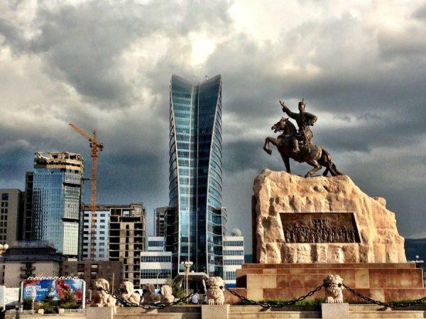 Памятник в монгольском городе
