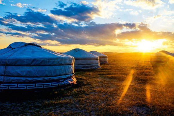 Рассвет на фоне монгольских юрт