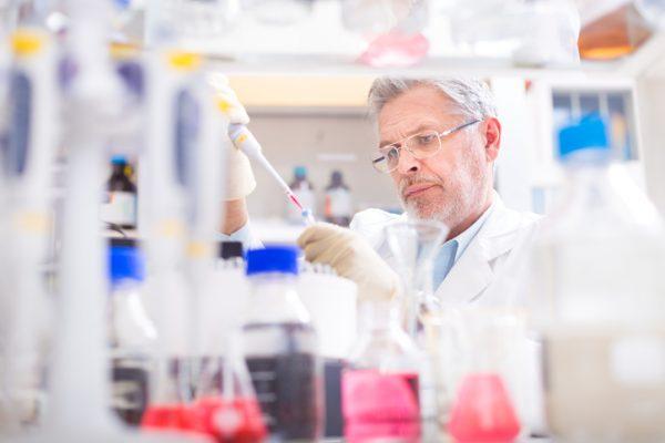 Научный сотрудник в лаборатории