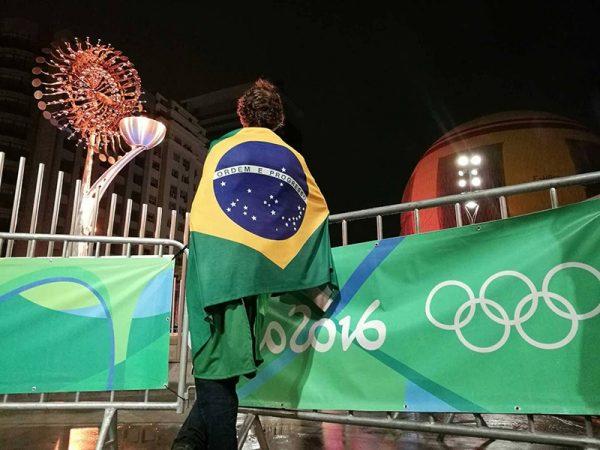 Человек на фоне олимпийской символики Рио-2016