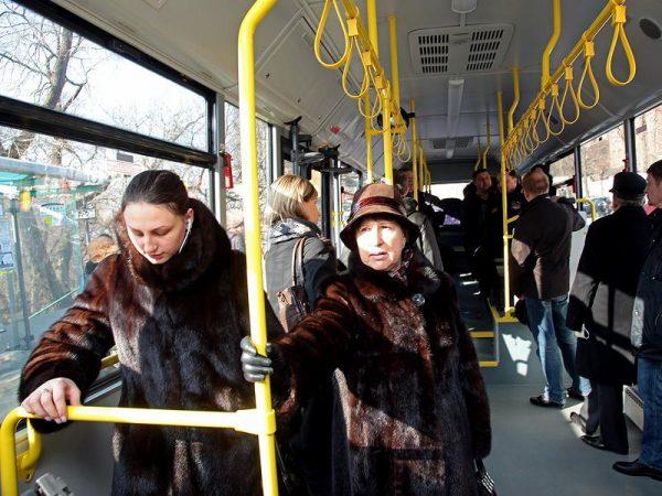 Пассажиры в троллейбусе