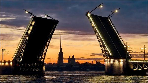 Петропавловская крепость на фоне разводящихся мостов