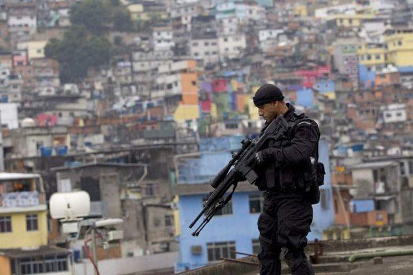 Полицейский со снайперской винтовкой на фоне города