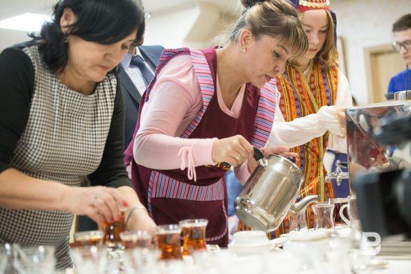 Женщины разливают чай