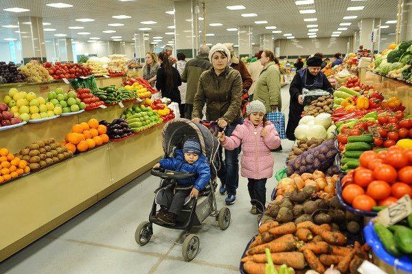 Семья на рынке