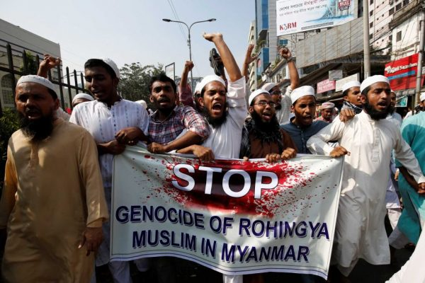Мусульмане с плакатом