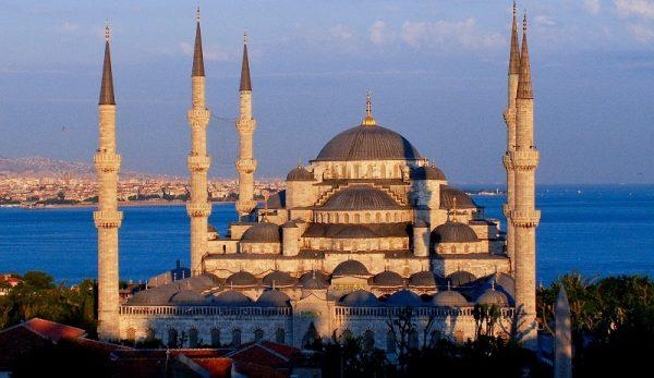 Мечеть на фоне моря