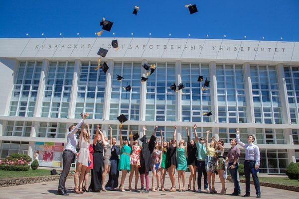 Выпускники на фоне Кубанского университета