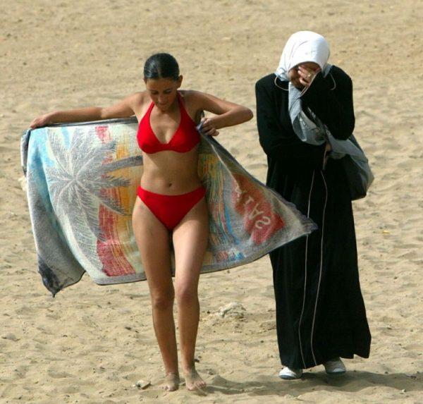 Девушка в купальнике и турецкая женщина