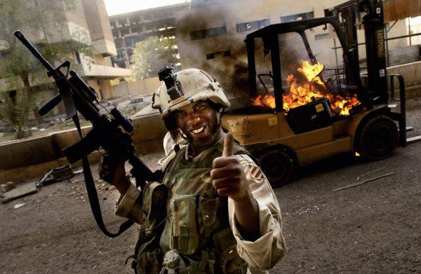 Американский солдат на фоне горящего автопогрузчика