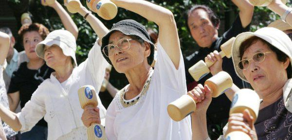Японские пенсионеры занимаются физкультурой