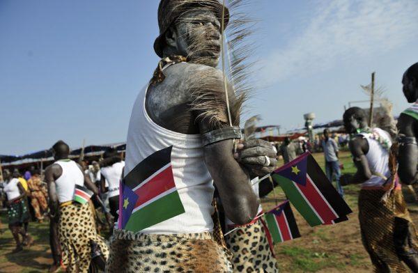 Представитель коренного населения Южного Судана с флагом своей страны