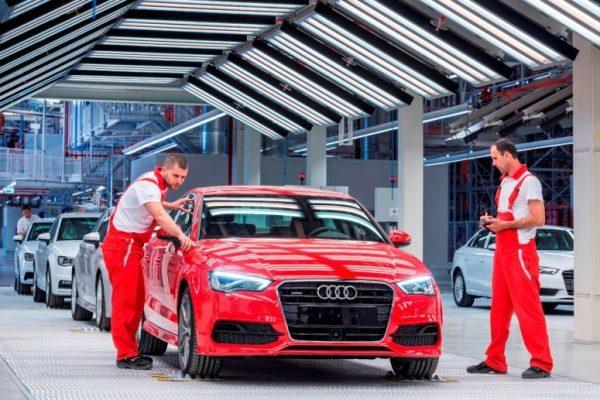 Работники на заводе в Венгрии по производству автомобилей Audi
