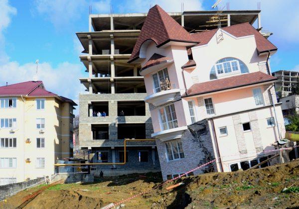 Строительство и наклонившийся дом