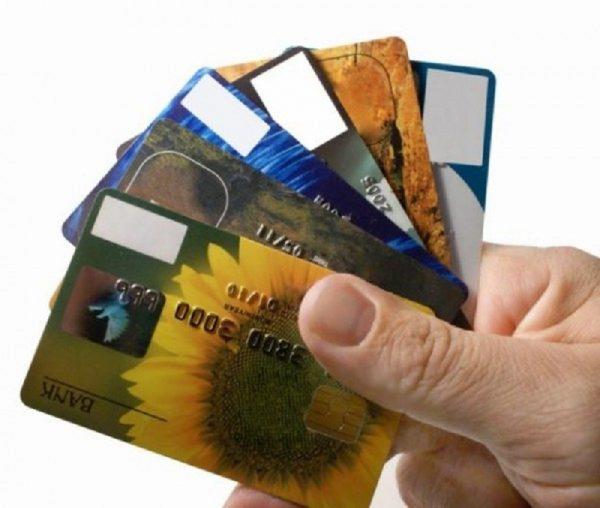 Банковские карты в руке