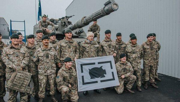 Британские солдаты на фоне танка