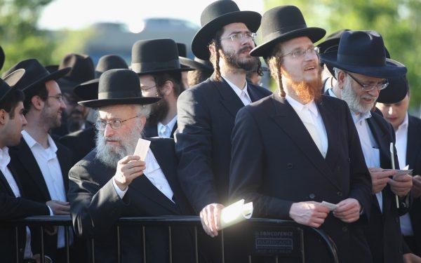 Евреи стоят в очереди
