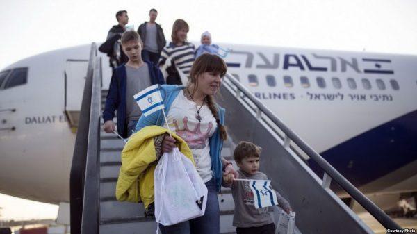 Люди спускаются по трапу самолёта