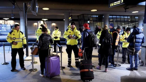 Пассажиры и сотрудники аэропорта