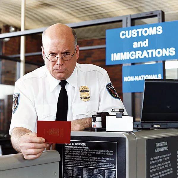 Чиновник миграционной службы